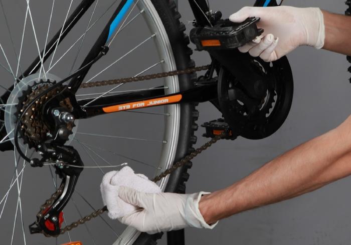 Czyszczenie łańcucha rowerowego szmatką